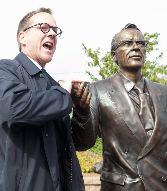 Kiefer Sutherland With statue of Tommy Douglas.