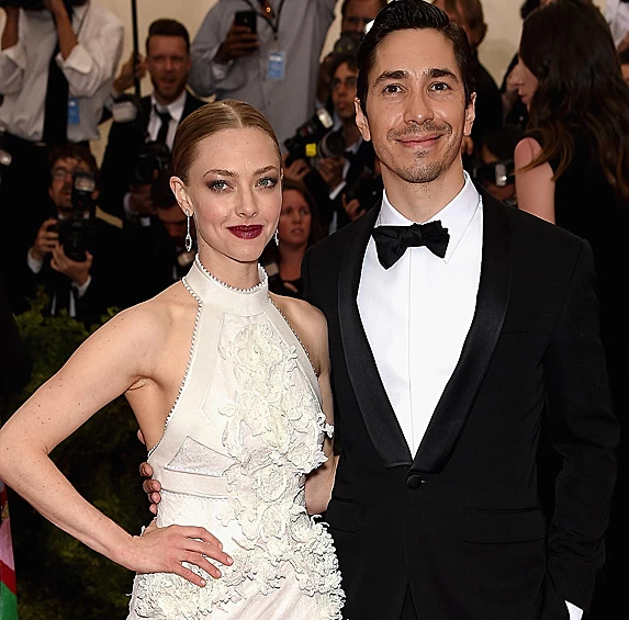 Amanda Seyfried and Justin Long dressed up, standing together