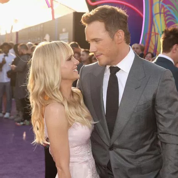 Chris Pratt and Anna Faris staring into each other's eyes
