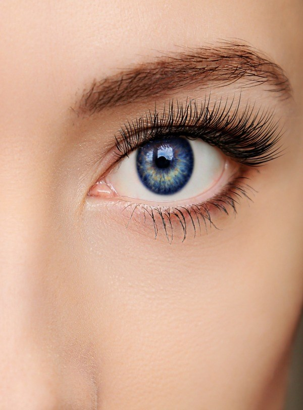 women's eye wearing mascara