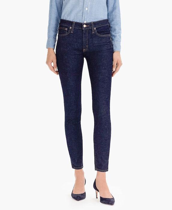 Model wears dark-wash skinny jeans