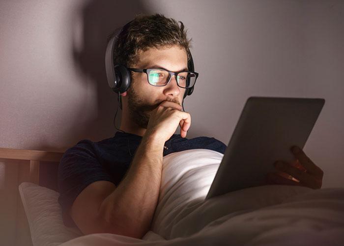 sleep-hacks-turn-off-electronics