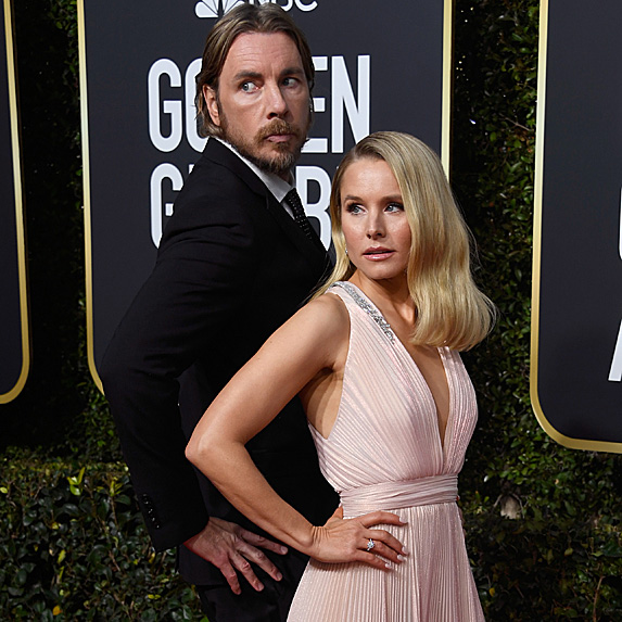 Dax Shepard and Kristen Bell hamming it up on the red carpet of the 2019 Golden Globes