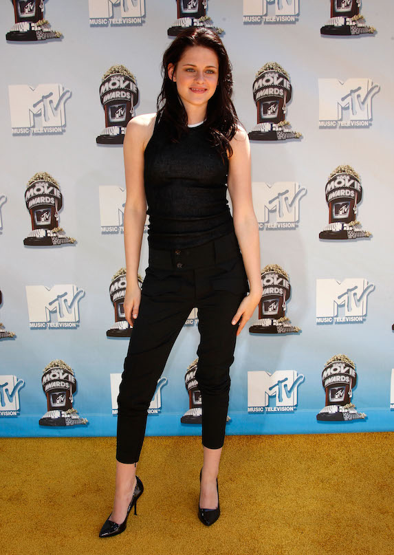 Kristen Stewart wears all-black for the MTV Movie Awards in 2008