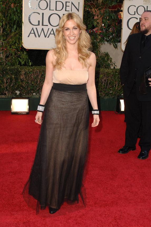 Alanis Morissette wears a beige gown and light blonde hair to the Golden Globe Awards in 2006