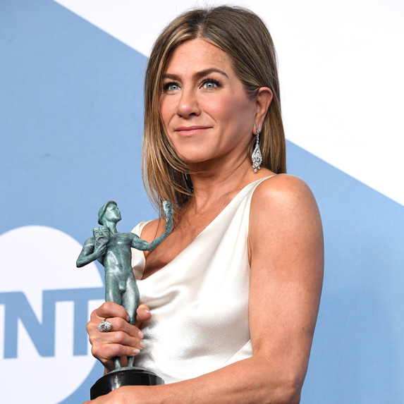 Jennifer Aniston backstage at the 2020 SAG Awards, holding her statue for Best Actress in a Drama Series
