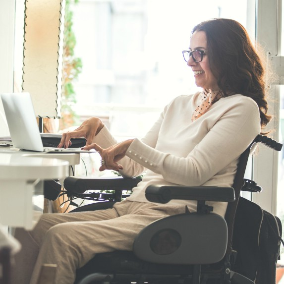 woman-with-disability-using-computer