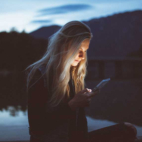 woman-texting-in-evening
