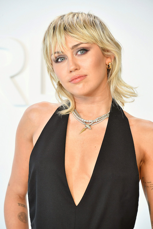 Miley Cyrus wears her hair in a blonde hairstyle