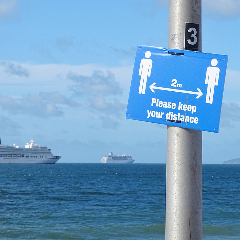 Sign at a dock reminding people to keep a distance of 2 metres apart