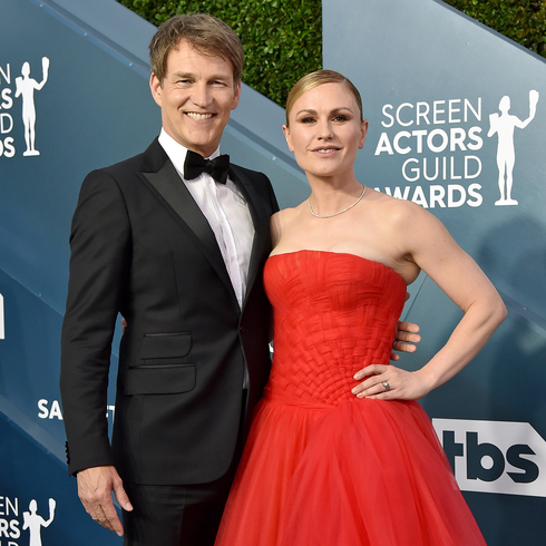 Anna Paquin and Stephen Moyer posing together on a red carpet