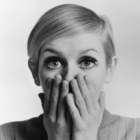 Black and white photo of the model Twiggy